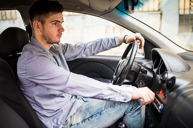 Mann Wichst Im Auto