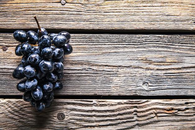 Trauben auf einem alten holztisch. obst. essen Premium Fotos