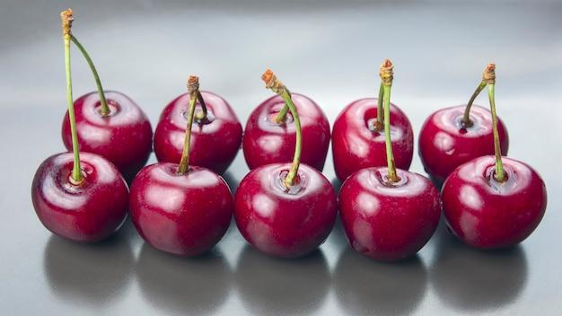 Trauben mit frischen kirschen. gesundes essen zum frühstück. früchte der vegetation. fruchtdessert Premium Fotos