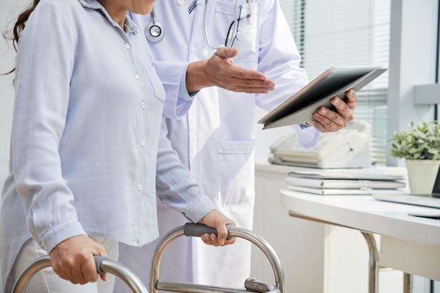 Traumatisieren sie den physiotherapeuten, der den patienten besucht Kostenlose Fotos