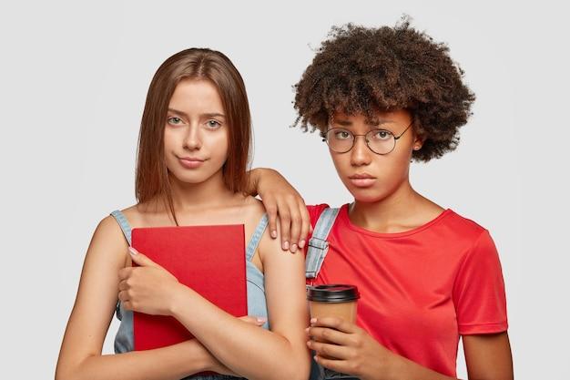 Traurige freundinnen gemischter rassen sehen unglücklich aus Kostenlose Fotos