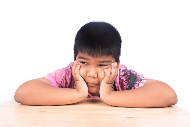 Traurige stationierung des jungen allein am holztisch, schwarzweiss Premium Fotos