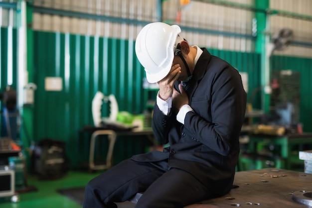 Trauriger fabrikunternehmer wegen covid-19-pandemie Premium Fotos