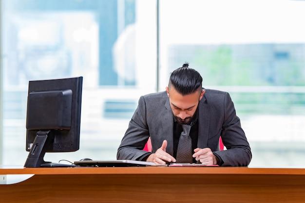 Trauriger geschäftsmann, der im büro sitzt Premium Fotos