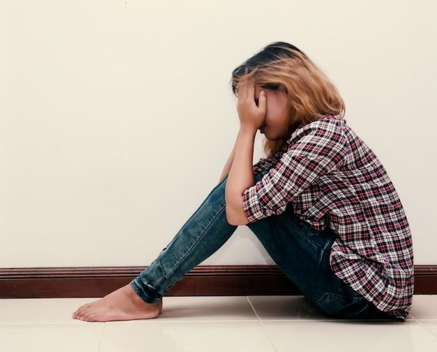 Trauriger jugendlicher mit kariertes hemd weinen Kostenlose Fotos