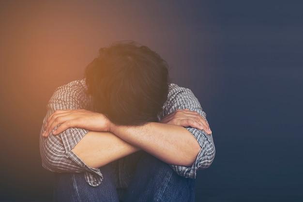 Trauriger mann, der kopf mit der hand hält Kostenlose Fotos
