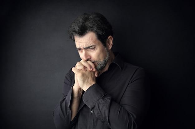 Trauriger verzweifelter mann Premium Fotos