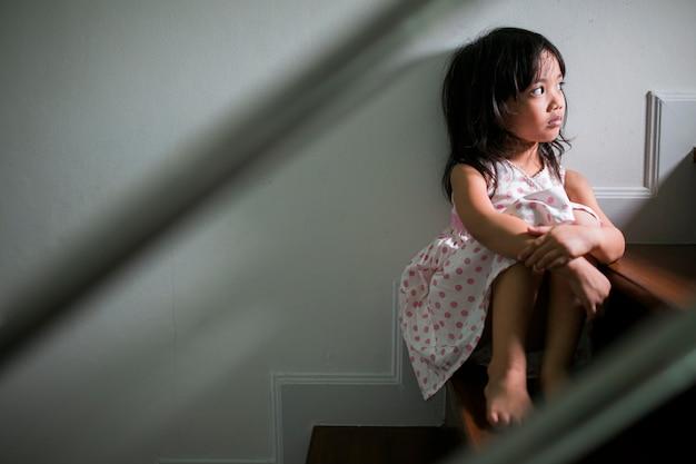 Trauriges kind von diesem argumentierenden vater und mutter, familiennegativkonzept weinlesefarbe Premium Fotos