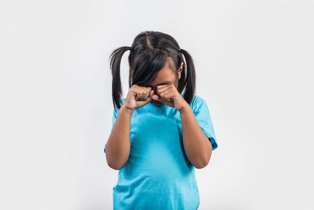 Trauriges schreien des kleinen mädchens in der atelieraufnahme Kostenlose Fotos