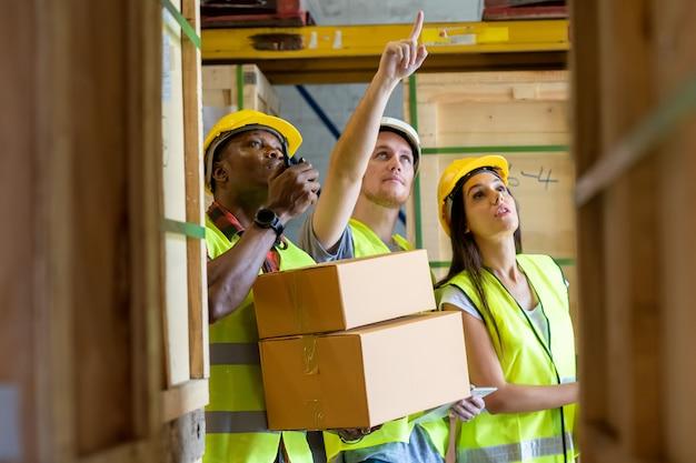 Treffen im lager, lagerarbeiter arbeiten im lager zusammen. Premium Fotos