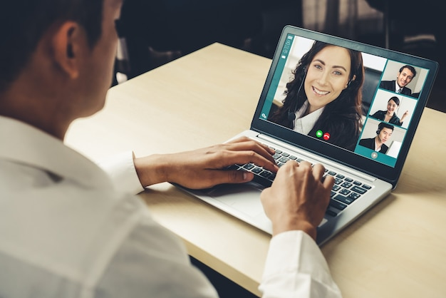 Treffen von geschäftsleuten mit videoanrufen am virtuellen arbeitsplatz oder im remote-büro Premium Fotos