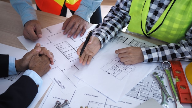 Treffen zum thema sanierung der gebäudestruktur zwischen dem bauherrenteam und dem architekten Premium Fotos