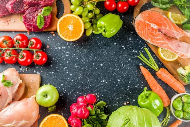 Trendige pegane ernährung, fleisch, eier, meeresfrüchte, milchprodukte und verschiedene frische gemüsesorten Premium Fotos