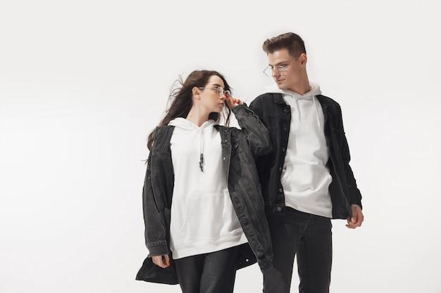 Trendy modisches paar posiert Kostenlose Fotos