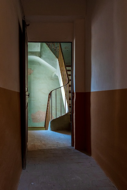 Treppe eines alten hauses aus der dunkelheit eines flurs gesehen Premium Fotos