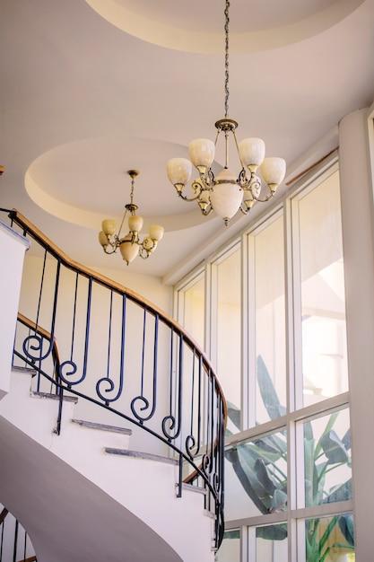 Treppe im innenraum mit leuchtern Premium Fotos