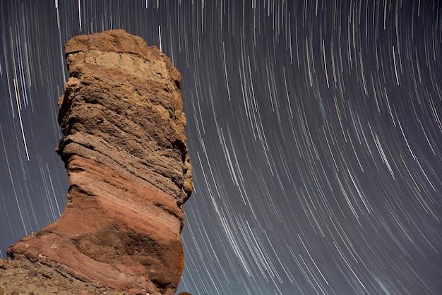 Treppe schleppt über roque de garcia im teide nationalpark, teneriffa, kanarische insel, spanien. Premium Fotos