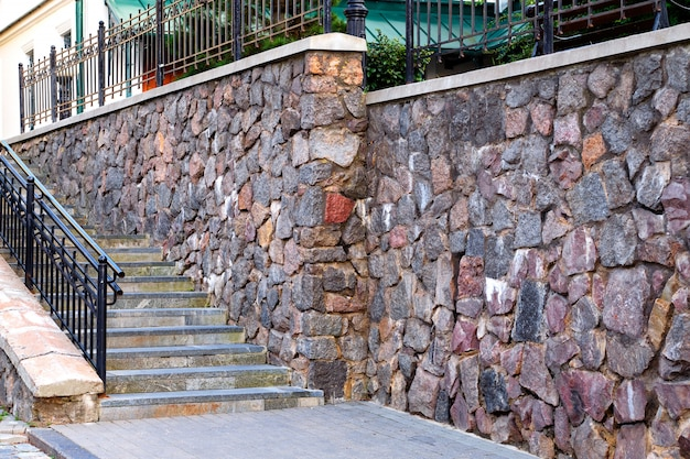 Treppe und steinmauer eines gebäudes Premium Fotos