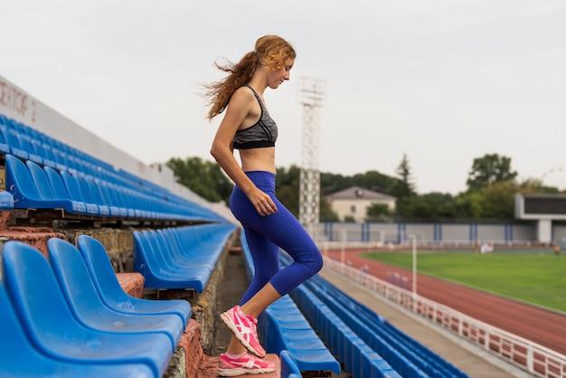 Treppenübung am stadion mit junger frau Kostenlose Fotos