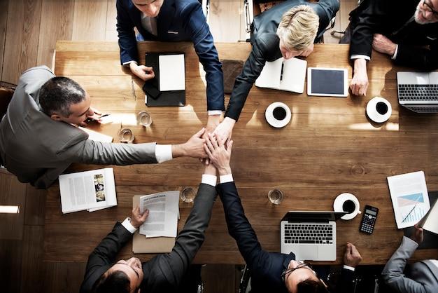 Treten sie hands partnership agreement meeting unternehmenskonzept bei Premium Fotos