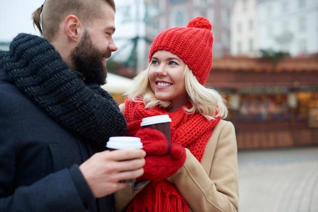 Trinken sie einen heißen kaffee zum aufwärmen Kostenlose Fotos