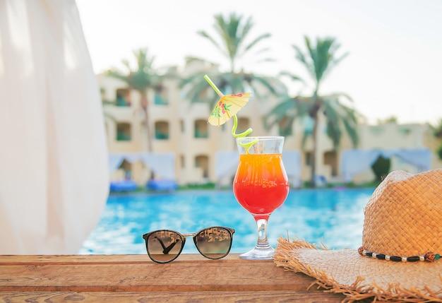Trinken sie im urlaub einen cocktail Premium Fotos