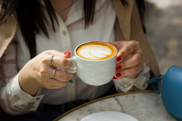 Trinkende cappuccinotasse der frau Kostenlose Fotos