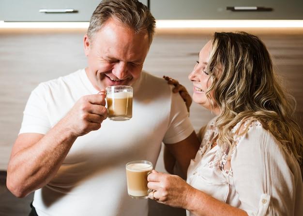 Trinkender kaffee der älteren paare zusammen Kostenlose Fotos