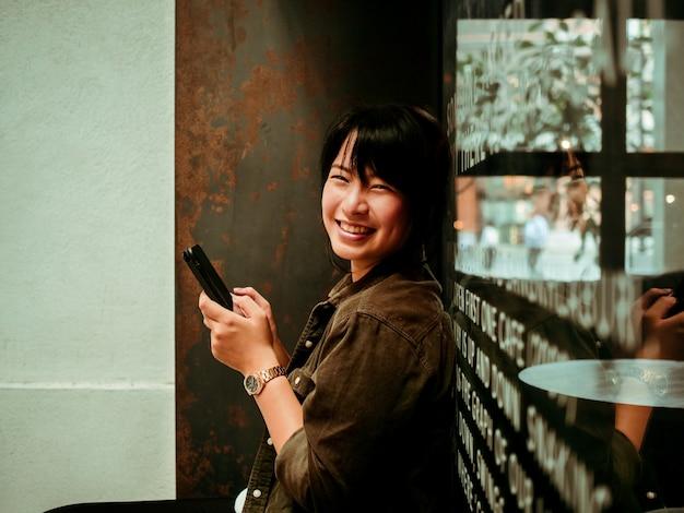 Trinkender kaffee der asiatin im café Premium Fotos