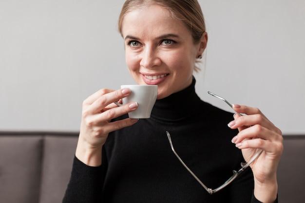 Trinkender kaffee der jungen frau Kostenlose Fotos
