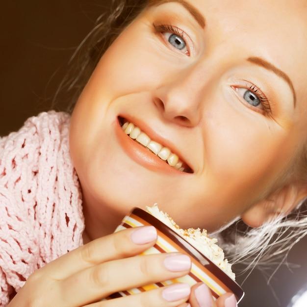 Trinkender kaffee der schönen frau Premium Fotos