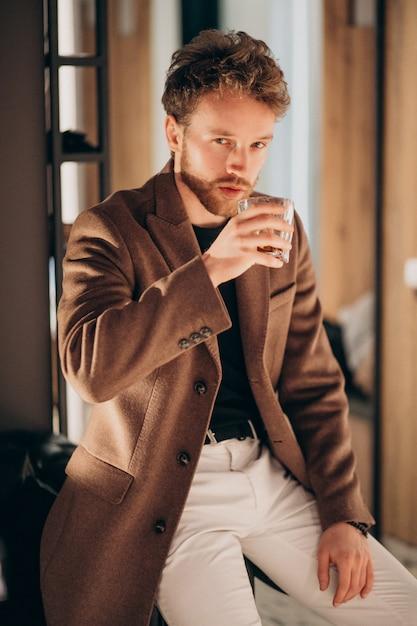 Trinkender whisky des hübschen bärtigen mannes Kostenlose Fotos