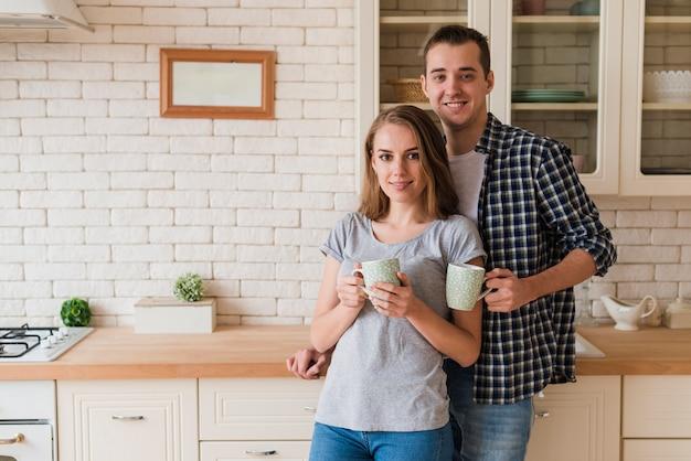 Trinkendes gebräu der zarten abbindungspaare und stellung in der küche Kostenlose Fotos