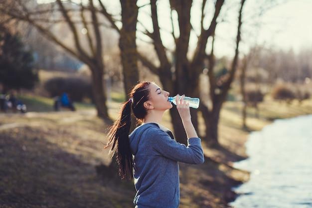 Trinkwasser der jungen frau Premium Fotos