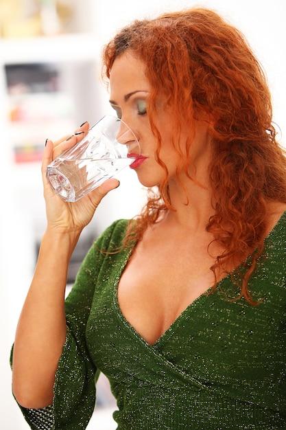 Trinkwasser der rothaarigen frau Kostenlose Fotos