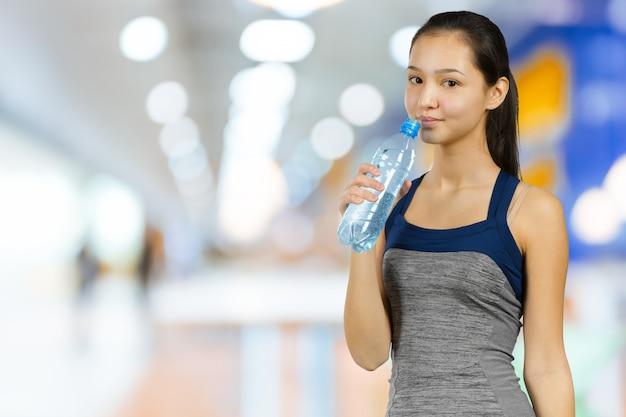 Trinkwasser des sportlichen mädchens Premium Fotos