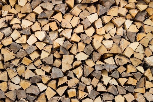 Trocken gehackte brennholzprotokolle bereit für den winter Kostenlose Fotos
