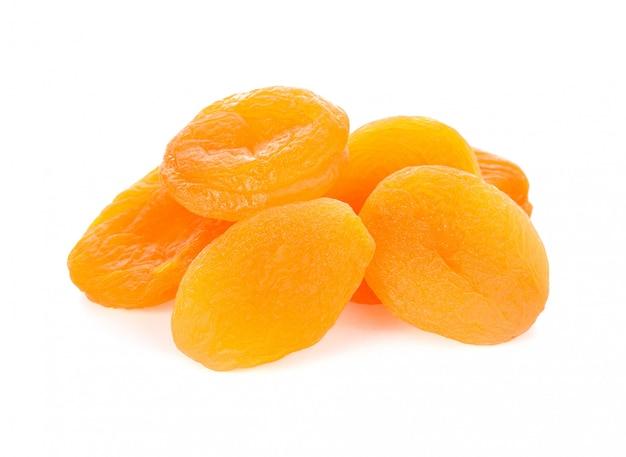 Trockene aprikosenfrucht auf weiß Premium Fotos