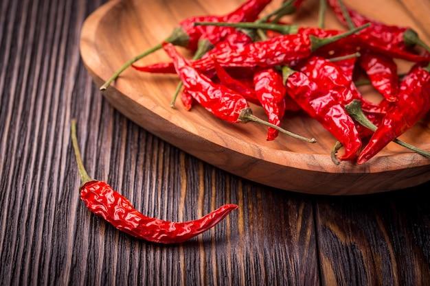 Trockene glühende chilischoten Premium Fotos