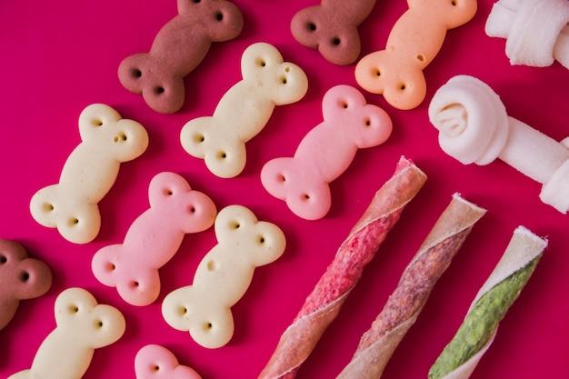 Trockene knusprige snacks für den hund Kostenlose Fotos