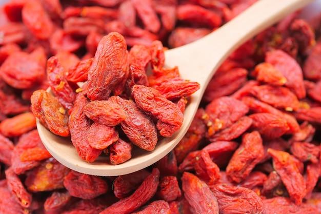 Trockene rote goji-beeren für eine gesunde ernährung Premium Fotos