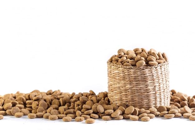 Trockenes hundefutter lokalisiert auf weiß Premium Fotos