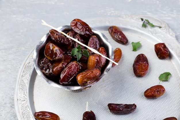 Trockenfrüchte datteln auf silbertablett Premium Fotos