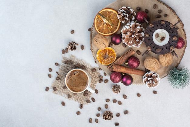 Trockenfrüchte mit walnüssen und tasse kaffee auf weißem hintergrund. hochwertiges foto Kostenlose Fotos
