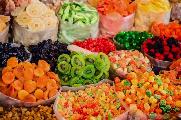 Trockenfrüchte und süßigkeiten auf dem markt in georgia. Premium Fotos