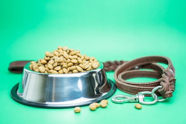 Trockenfutter- und haustierversorgungen für hunde- oder katzenkonzept Premium Fotos