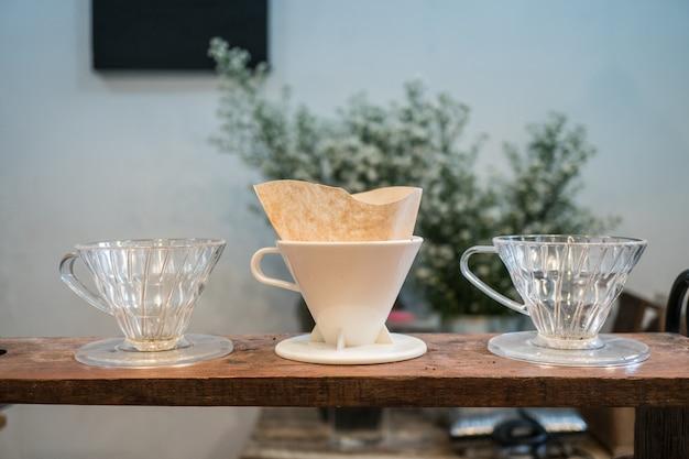 Tropf-brauen, gefilterter kaffee oder pour-over ist eine methode, die das gießen von wasser über geröstet beinhaltet Premium Fotos