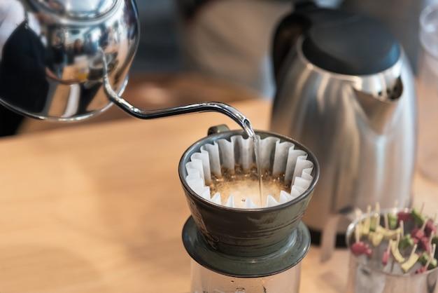 Tropfbrühen, gefilterter kaffee oder übergießen ist eine methode, bei der wasser über geröstetes wasser gegossen wird Premium Fotos