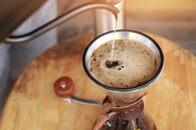 Tropfender kaffee für gesundes trinken in der morgenzeit Premium Fotos