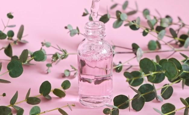 Tropfflasche mit natürlichem kosmetiköl. flasche mit einer kosmetikpipette. natürliches kräuter- und pflanzenschönheitsprodukt. hautpflege. parfüm Premium Fotos